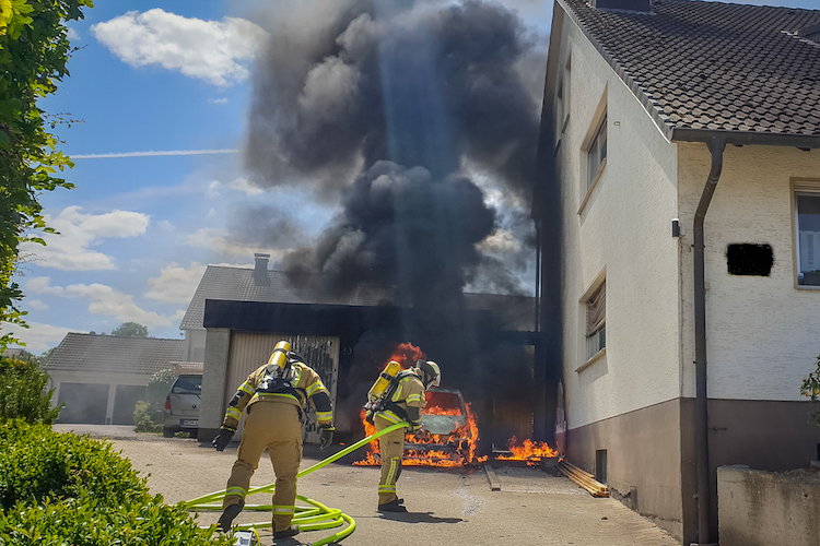 Photo of Feuerwehreinsatz – PKW-Brand greift auf Garage über