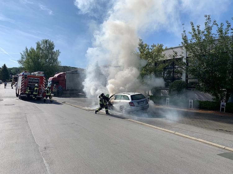 Photo of Fahrzeug-Brand mit Hilfe eines Gabelstaplers gelöscht