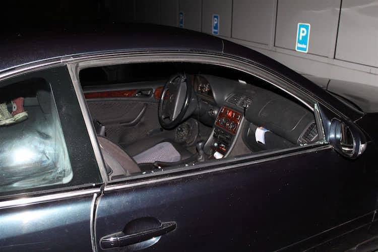 Photo of Unbekannte entwenden Geldbeutel und Taschenlampe aus Pkw
