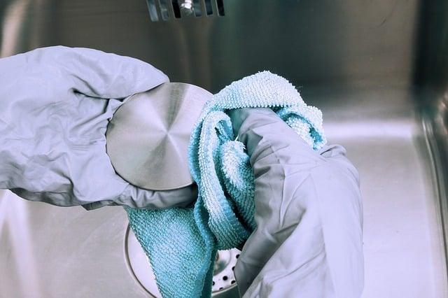 Desinfektions-Reinigungsmittel gehören in vielen Betrieben nicht erst seit der Corona Krise zum Alltag.