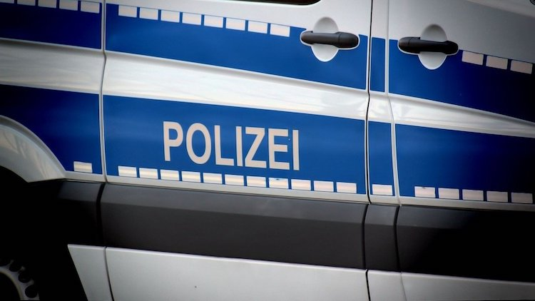 2020-06-25-Schlagstock-Ruhestoerung-Kradfahrer-Seniorenwohnheim-Verkehrsunfall