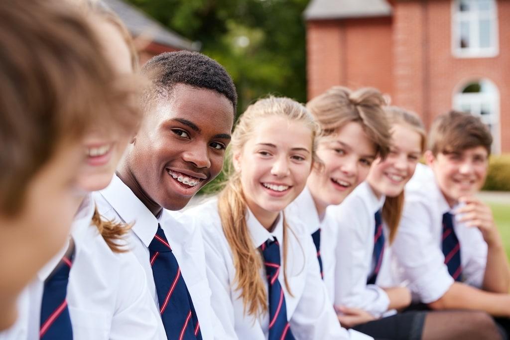 Viele junge Studenten machen Zeitarbeit.