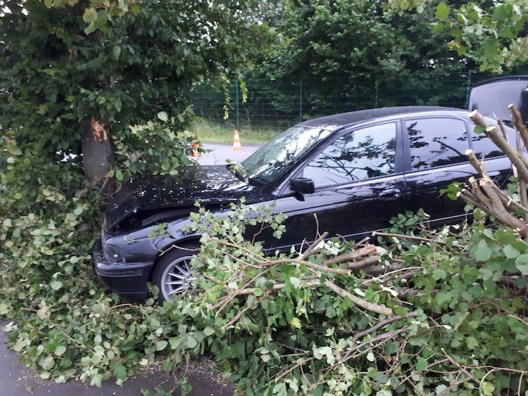 Photo of Verkehrsunfall – Am Abtissenkamp gegen Baum geprallt