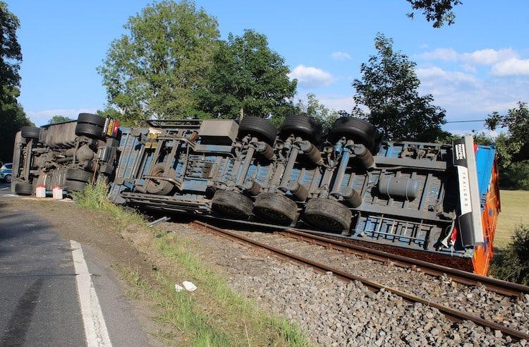 Photo of Lkw mit Holzhackschnitzeln kippt auf Bahngleise