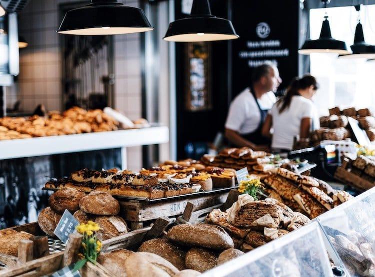 Photo of Frau bei Bäckerei-Besuch bedroht und beraubt