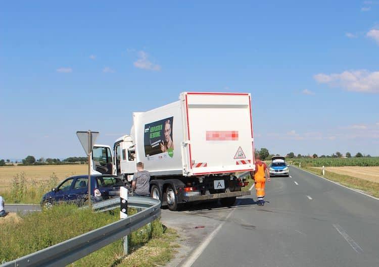 Photo of Verkehrsunfall: Kollision mit Müllwagen – Autofahrerin verletzt