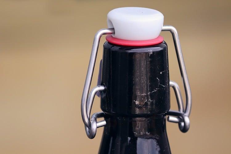 Photo of Motorradfahrer mit Bierflasche in der Hand verfolgt
