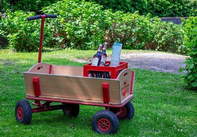 Der Bollerwagen ist mittlerweile ein beliebtes Transportmittel für allerlei Dinge.