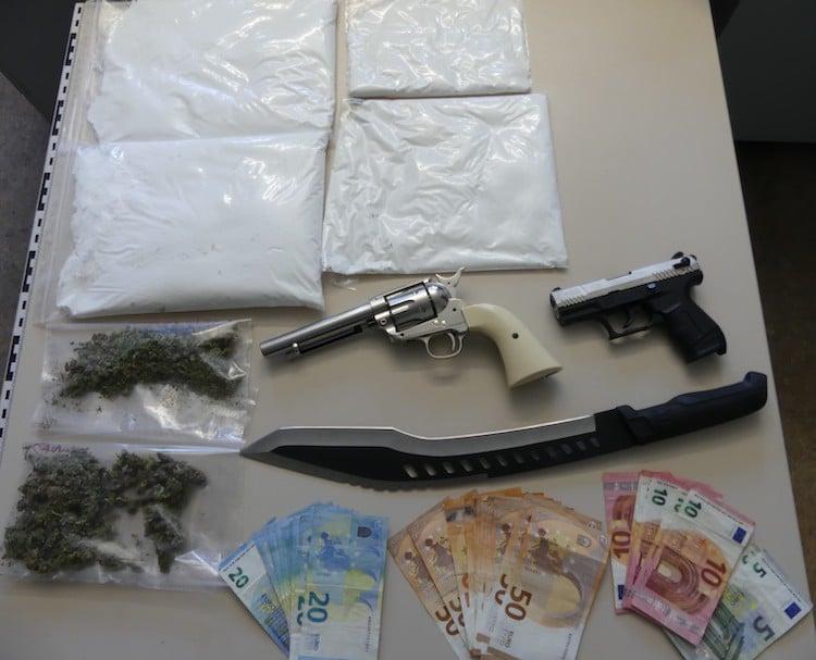 Photo of Über 3,5 kg Amphetamine, Waffen und Bargeld sichergestellt
