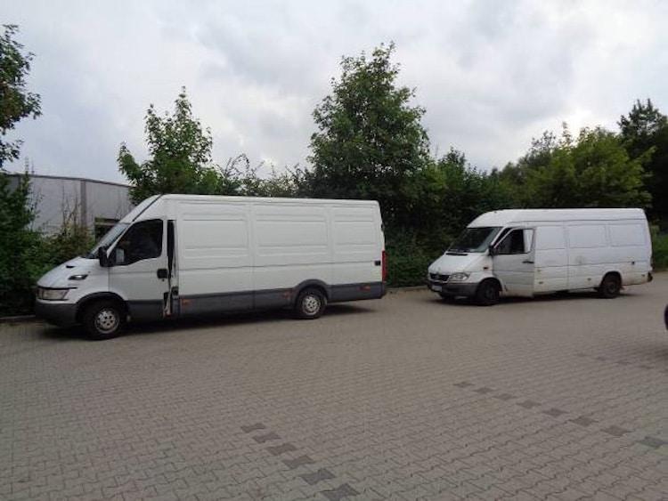 Photo of Polizeibeamte legen drei Kleintransporter bei Kontrolle still
