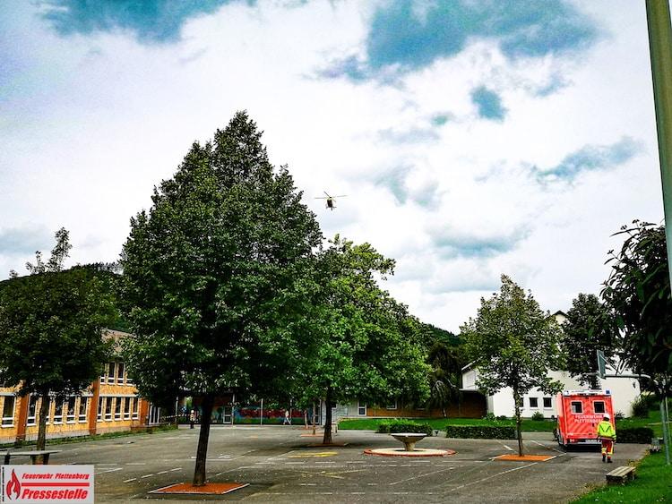 Photo of Rettungshubschrauber landet auf Wiese der Eschenschule