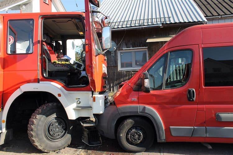 Photo of Verkehrsunfall unter Beteiligung eines Feuerwehrlöschfahrzeugs