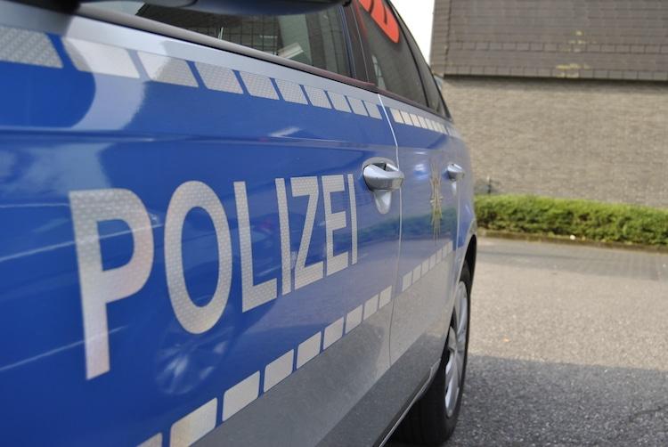2020-08-04-Polizei-Gruppe-Waffe-Sattelzug-Profilstraße-Gewahrsam-Verkehrsunfall-Zeugin-Schotter-Beteiligter-Bettinghof-Amselweg