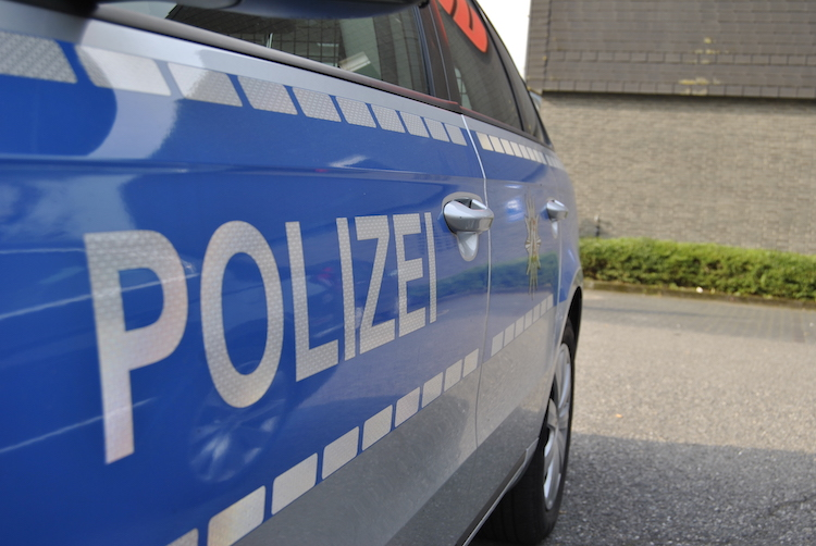 2020-08-04-Polizei-4-Streit-Ost-Knochen-Eckeseyer-Parkplatz-Kind-Bürocontainer-Autofahrern-Schreckschusswaffe-Friedhof
