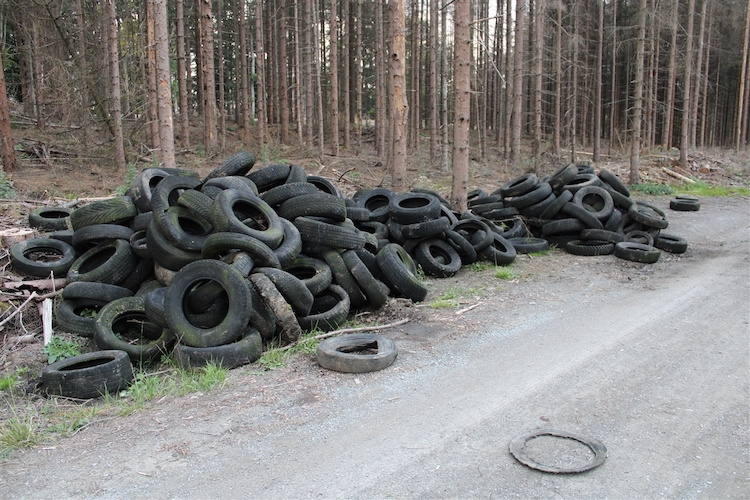 Photo of 225 Altreifen illegal entsorgt – Polizei bittet um Hinweise