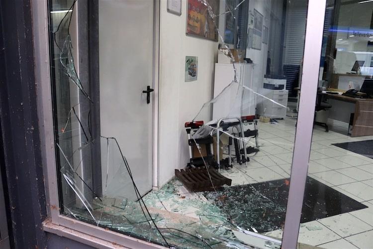 Photo of Schaufensterscheibe eines Autohauses mit Gullydeckel eingeschlagen