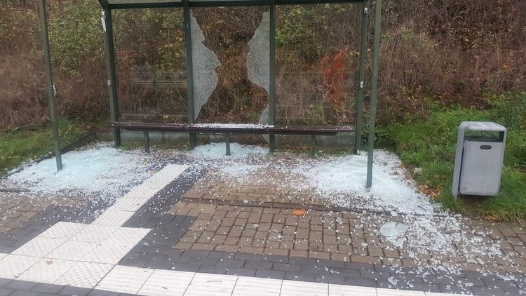 Photo of Vandalismus: Scheiben an Bushaltestelle zerstört