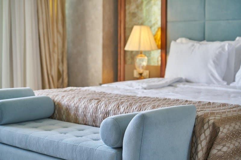 Lieber bequemes Hotelbett oder doch die Ferienwohnung? Auch im Lockdown planen viele ihren Urlaub.