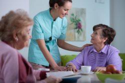 Eine 24 Stunden Pflege könnte die Lösung für Senioren sein die nicht in ein Pflegeheim möchten.