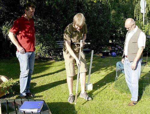 Rund zwanzig Bodenproben werden heute und morgen in Sümmern genommen.